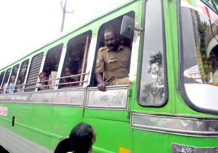 kerala-police-driving-private-bus