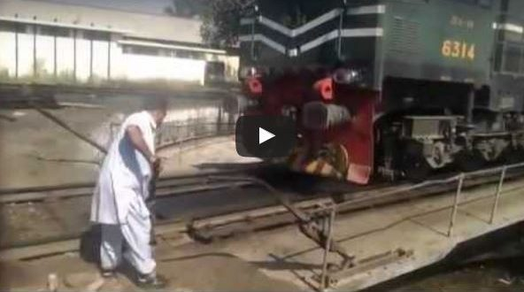 Pakistan Railway Unique style of Changing engine