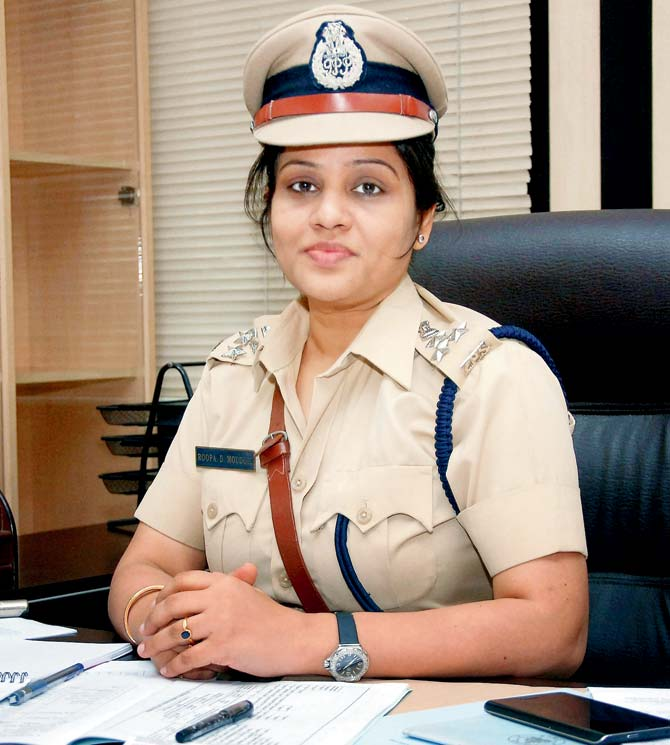 What is the monthly salary of a police officer in India